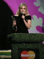 达菲获最佳女歌手、专辑和突破