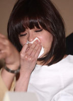 贾静雯掩面而泣