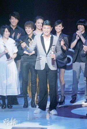 """盛传即将结婚的刘德华在""""IFPI颁奖礼""""中夺得6奖成为大赢家,他接受歌手们祝贺。"""