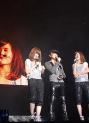 与师妹BY2在新加坡演唱会上