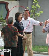 刘烨妈妈着旗袍高贵典雅