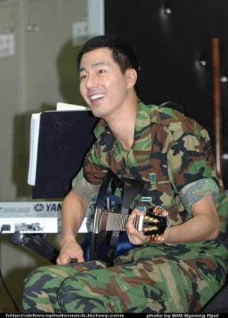 公开的部队生活照片-赵仁成公布军队生活照 抽空学弹吉他图片