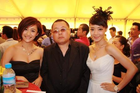 组图:邓家佳刘芸华表奖红毯黑白配