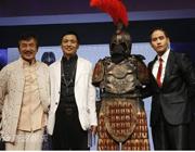 成龙与韩国舞王颁奖