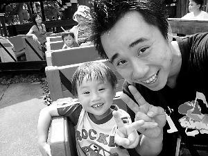 小小彬与父亲如今生活开心,不过还是很想念妈妈