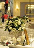 鲜花装点餐桌
