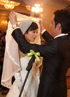 罗嘉良掀开新娘头纱