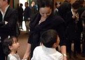 蒋雯丽与儿女玩耍