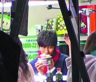 周渝民依偎靓丽女模踩赵又廷地盘示威(图)