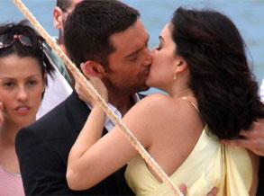 休-杰克曼巴西拍广告 海滩献吻黄衣美女