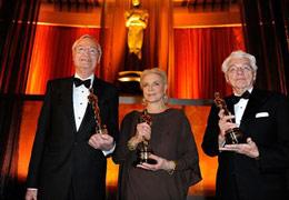 (左起)罗杰、劳伦-巴考尔、威利斯