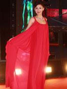 李彩桦红裙飘逸