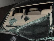 被砸碎的汽车玻璃