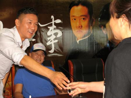 與熱情觀衆握手
