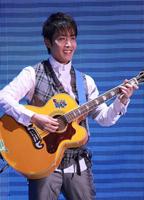 李逸朗自弹自唱