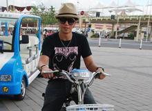 罗志祥开电单车