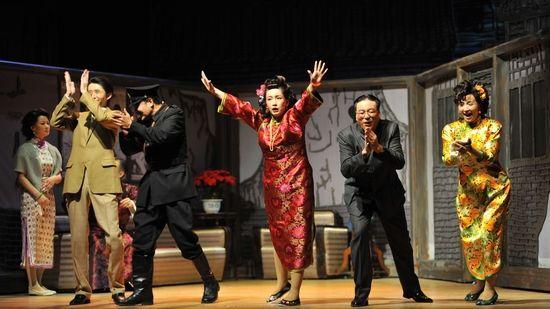 《新舞台》:田沁鑫和《四世同堂》一起扛过去