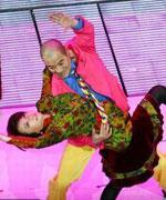蔡明刘威搂腰热舞