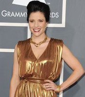女歌手夏侬身着金裙