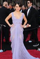 米拉-库尼斯紫裙飘逸