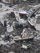 大街上被海啸冲上的轮船