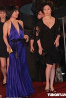 何超仪(前左)和姐妹