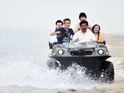 水陆两用车在水中驰骋