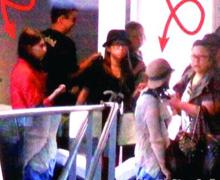 周刊拍到昆凌和周妈妈一起在机场出现