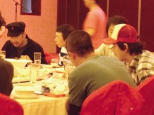 張國立、馮小剛、劉震雲、張默(左起)圍坐一桌