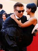 鲍德温怀抱女友
