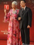 老艺术家卢燕(左)