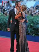 多纳代尔与男伴亲吻