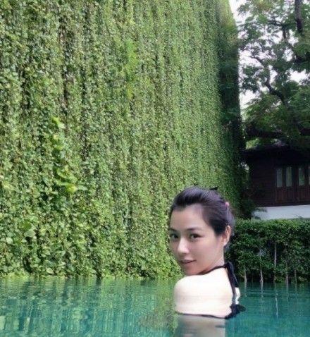 9月22日微博名言录:陈怡蓉湿身露香肩