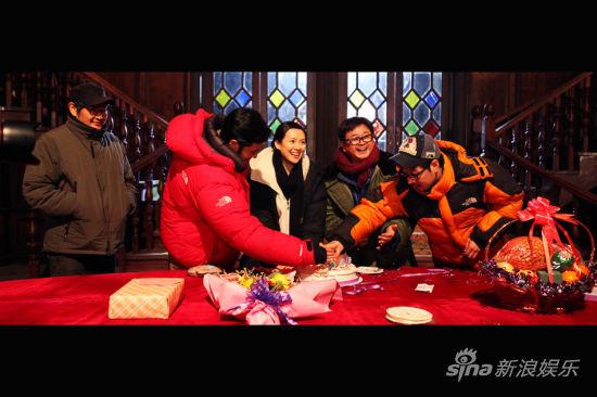 张东健帮忙点生日蜡烛