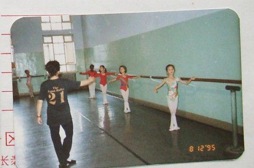 刘诗诗8岁时练习芭蕾的照片