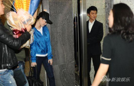倪妮满脸甜笑与冯绍峰前后脚步入电梯