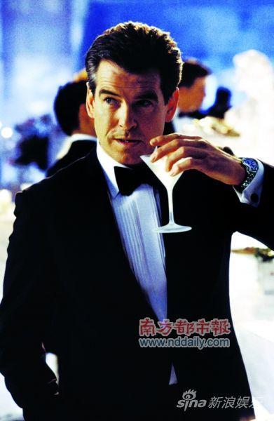 马提尼当然是邦德的最爱,但他其实也喝香槟。最近,他还为了植入广告要喝喜力啤酒!