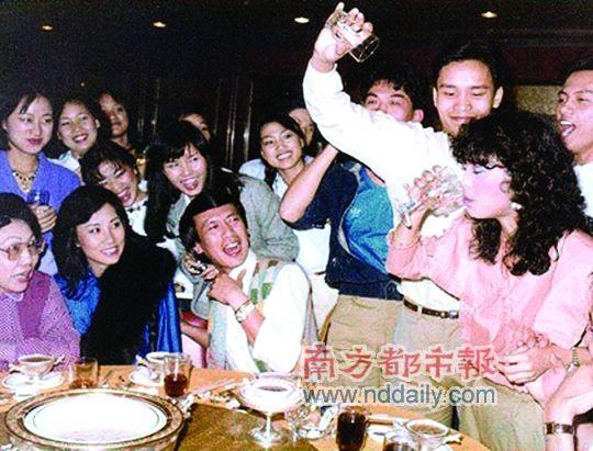 他爱热闹,庆功宴上喜欢大家围着他。