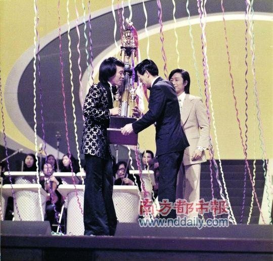 在日本参加歌唱比赛,获总冠军。