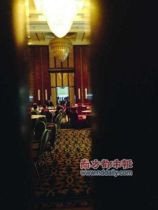 金莲宴会厅是喜宴主场,服务员疑似在做培训。