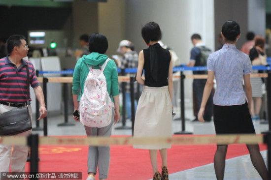 陈鲁豫出现在上海虹桥机场。