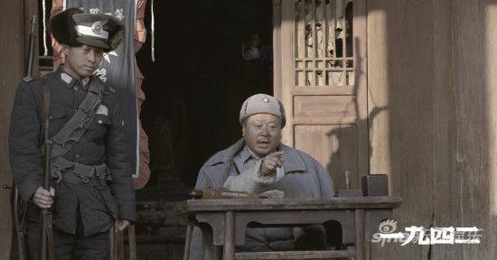 范伟饰演的老马正在断案