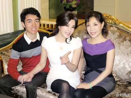 刘晓庆晒与家人合影