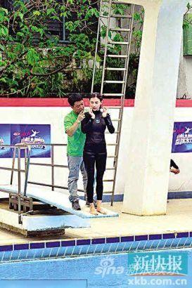 张柏芝在教练的指导下认真学习跳水