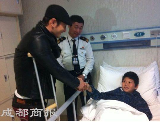 黄晓明探视因地震截肢的男孩黄谋