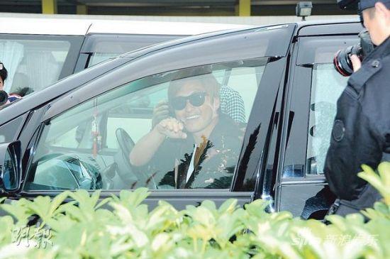 陈山聪上朋友的车返回丽晶花园寓所,上车后仍笑着与记者挥手。