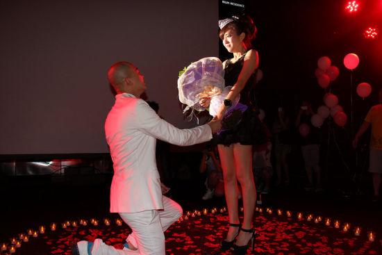 包贝尔跪地求婚