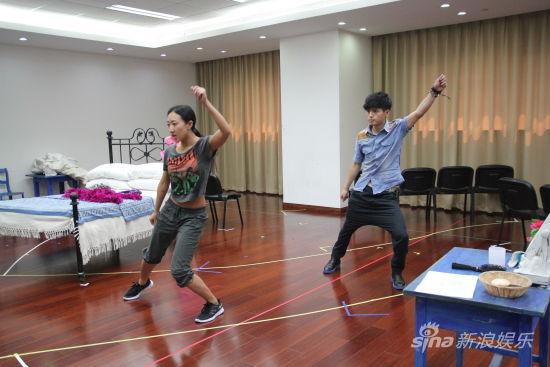 张捷在《妈妈咪呀!》剧组接受专业舞蹈训练