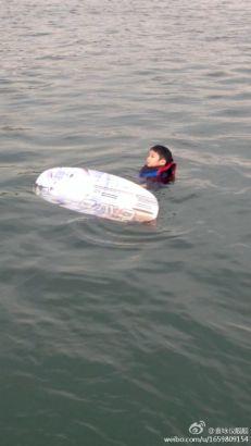 张智霖带儿子玩海上滑水