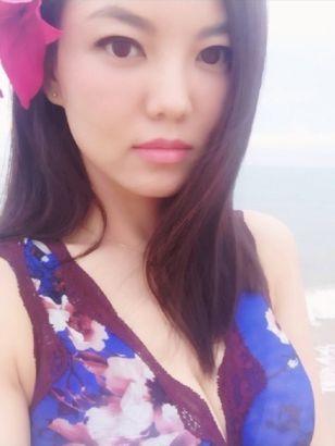 李湘花裙海边漫步 挺双峰大秀事业线
